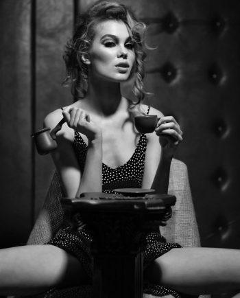 sexy vrouw met krullend haar op plexiglas