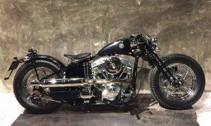 zwarte harley shovel motorfiets op plexiglas