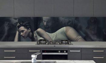 keukenwand op maat met sexy vrouw