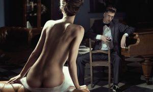 Plexiglas schilderij - Nude woman sitting on a sofa.