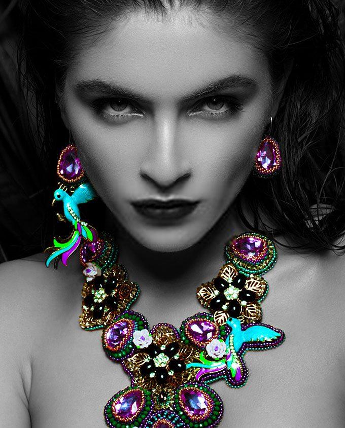 vrouw met exotische juwelen