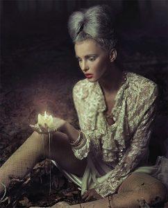 Plexiglas schilderij - Sad woman holding candle