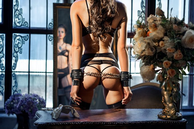 Sexy jonge vrouw met handboeien
