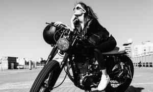 Plexiglas schilderij - Biker meisje op vintage motorfiets