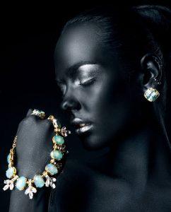 Plexiglas schilderij - young woman with black skin and silver glitter lips