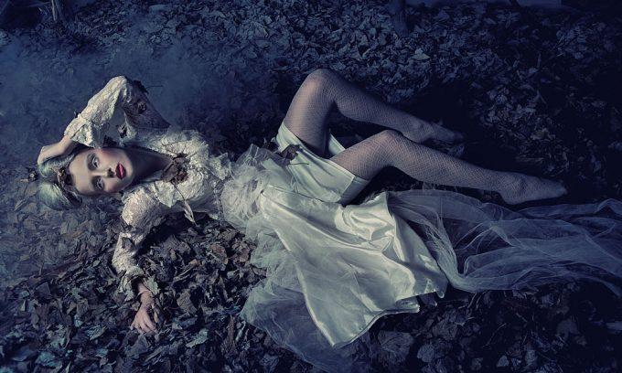Plexiglas schilderij - Blond beauty laying between the leafs