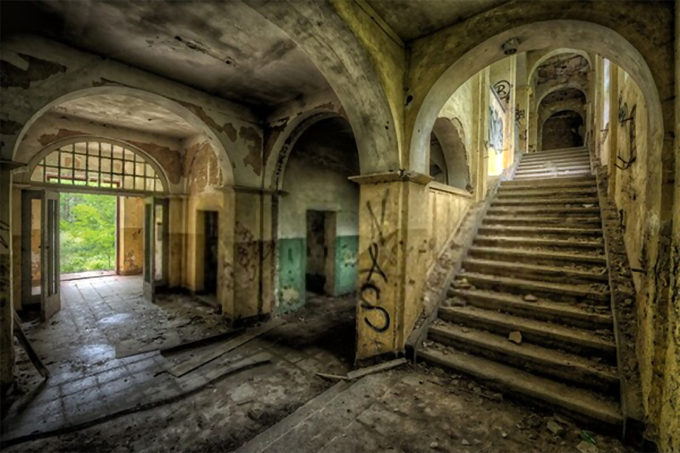 design your home - entrance hall of a decayed building