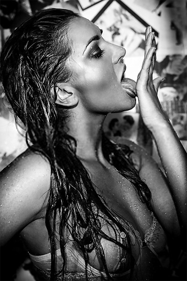 Sexy girl in the shower foto-art