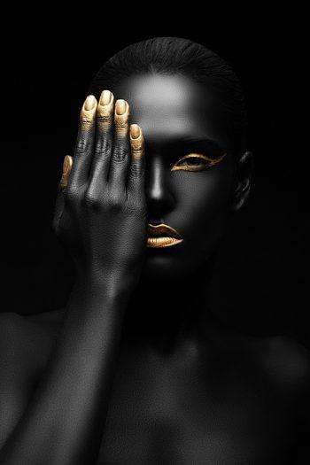 Vrouw in zwart en goud met hand