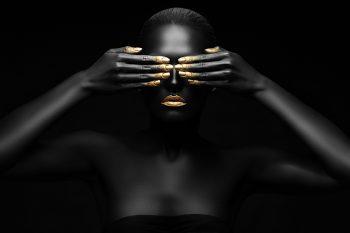 zwarte vrouw sluit haar ogen