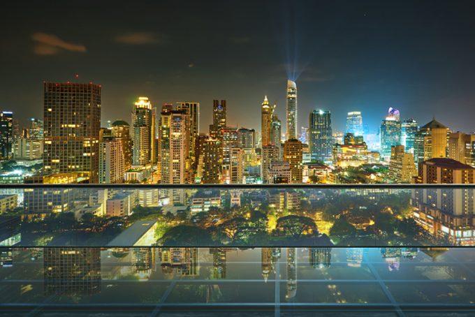panorama van een stad bij nacht