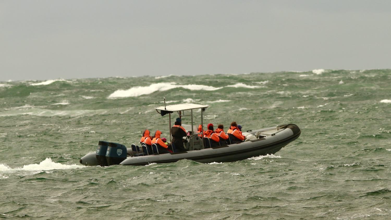 Båten på väg ut från bryggan en blåsig dag