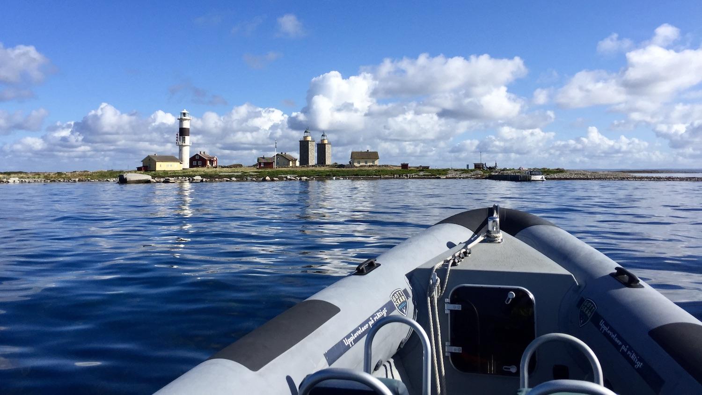 RIB glider sakt in i lagunen på Nidingen för en konferens