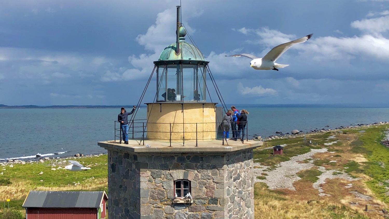 Bild tagen från det ena gamla fyrtornet mot det andra. Man kan sitta inne i lanterninen.