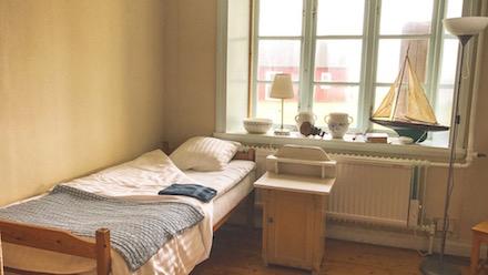 En bäddad säng för konferensgäst på Nidingen