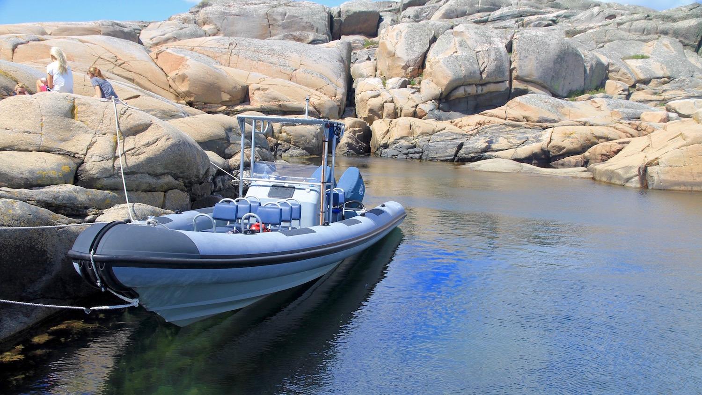 RIB förtöjd i lagunen på Inre Lön i Kungsbackafjorden