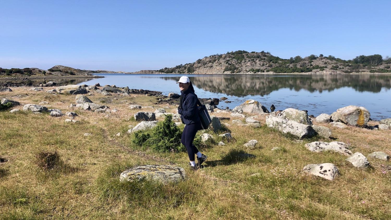 En vandring på Vindö bjuder på både stigar och klippoer