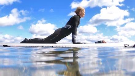 Yoga på sup-bräda är extra hälsosamt och skönt
