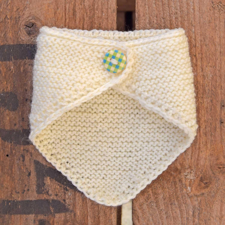 Baby-bib, som er en lille savlesmæk til babyer. Vi har strikkekittet i butikken.