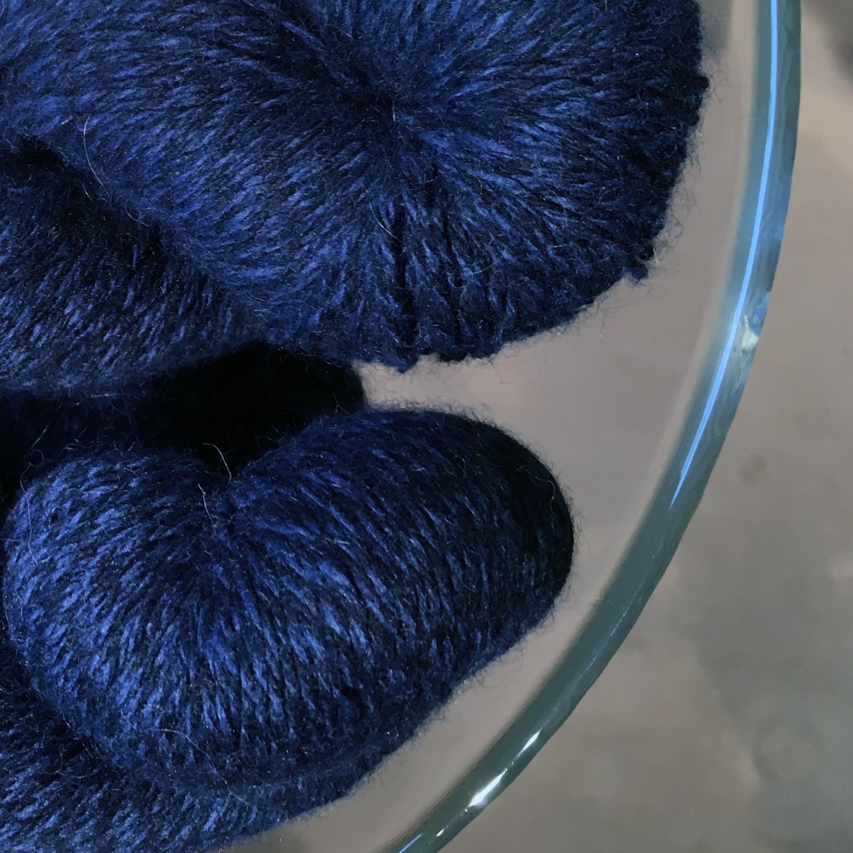 Super blødt og uendeligt smukt Mink-uld fra firmaet Lotus. Ses her i en meleret marine/koboltblå