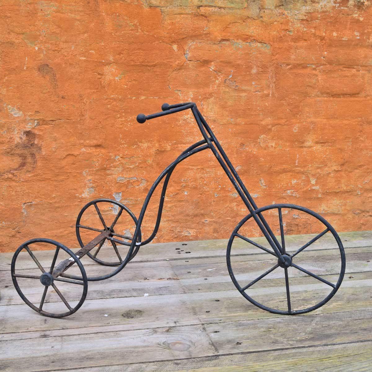 Trehjulet gammeldags cykel af støbejern