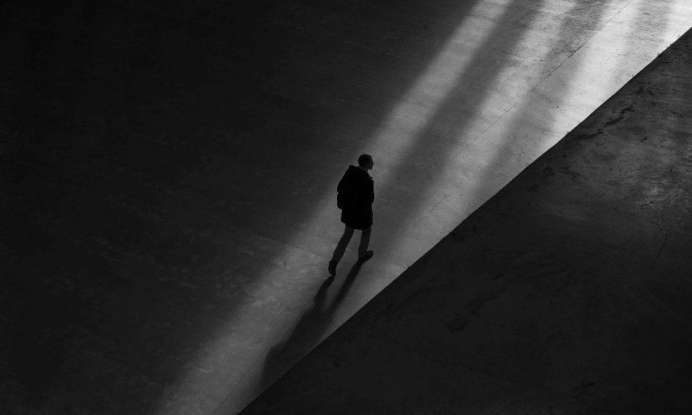 Hvad er forskellen på - afhængighed & misbrug - mand der går på en mørk vej