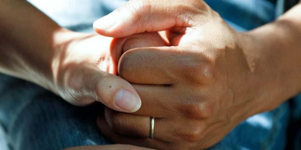 Døgnbehandling To hænder der holder om hinanden behandlingscenter misbrugsbehandling misbrugscenter alkohol