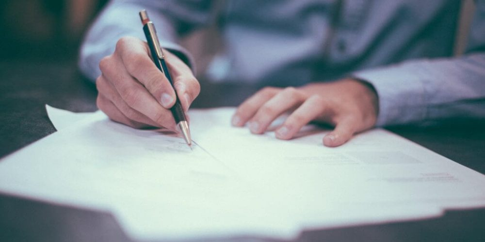 viser en der skriver med en kuglepen Virksomhed medarbejder virksomhed Misbrugspolitik
