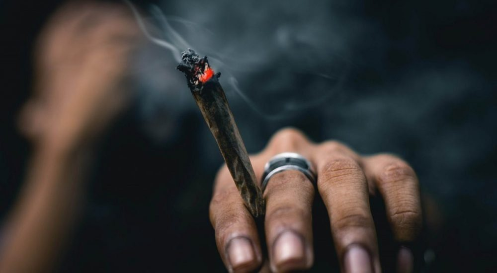 viser en hans med en joint imellem to fingre - Hashmisbrug & Hashpsykose