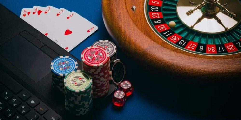 Viser en roulette og stakke med chips - Ludomani & Spilafhængighed