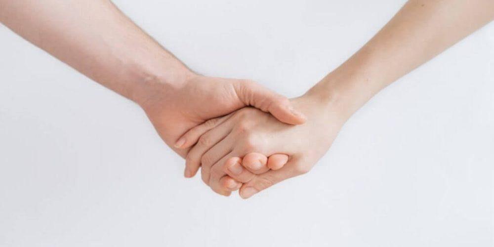 Viser et par der holder hinanden i hånden Intervention Pårørende