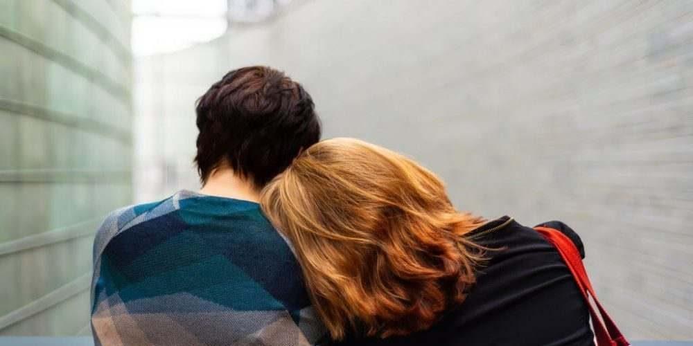 viser en kvinde der lægger hovedet ind til en mands skulder - Pårørende medafhængighed