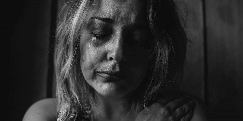 viser en dame der er græder - Pårørendebehandling pårørende afhæng medafhængighed pårørende adfærdsmønster