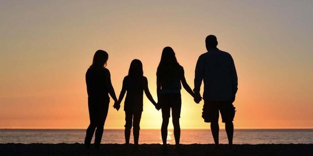 viser en familie der står i en solnedgang Pårørende familiesygdom Afhængighed Venskaber, arbejde, børn forældreforhold kærlighedsliv ægteskab misbrugerens