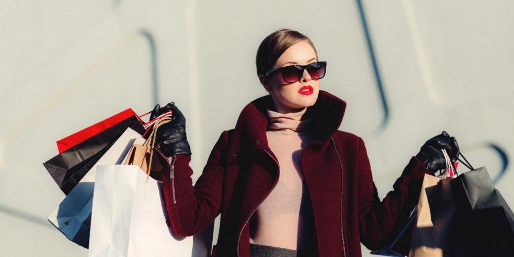 viser en pæn dame, men en helt masse indkøbsposer fra tøjmagasiner - KøbsafhængigKøbsafhængighed, Shopaholic & Købemani