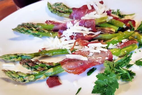 Grønne asparges i parmaskinke