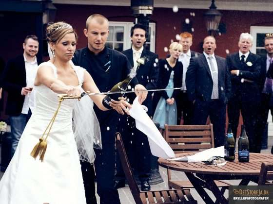 bryllupsbilleder bryllup fotograf brud med champagnesabel