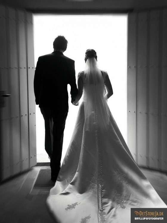 bryllupsfotografer fotograf til bryllup brudepar forlader kirken sh bryllupsvideo