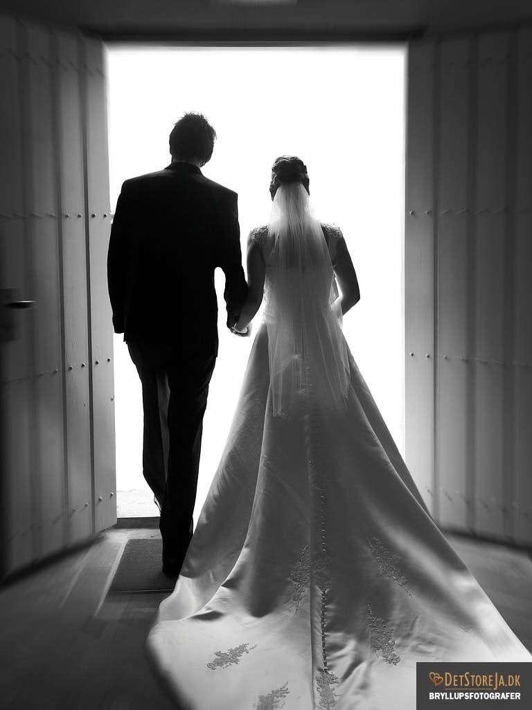 bryllupsfotografer fotograf til bryllup brudepar forlader kirken sh