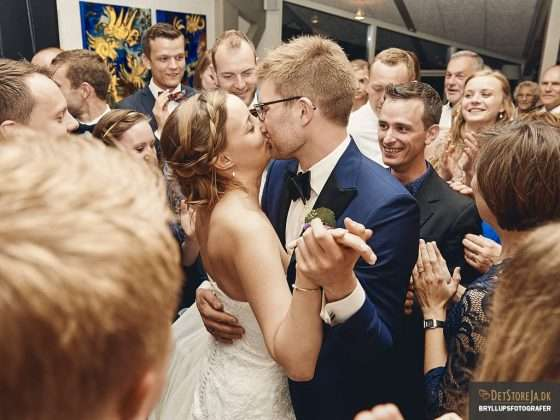 brudepar kysser under brudevals