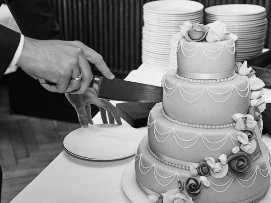 bryllup reception kageskæring