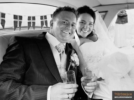bryllupsbillede brudepar drinks i bil