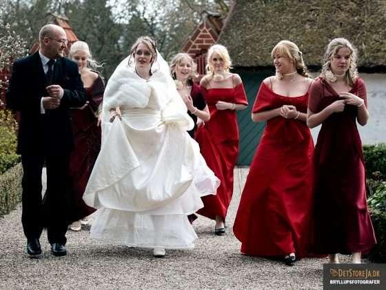 bryllupsfotograf brud far brudepiger i rødt