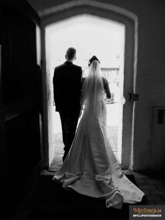 bryllup fotograf brud gom udgang kirkens dør