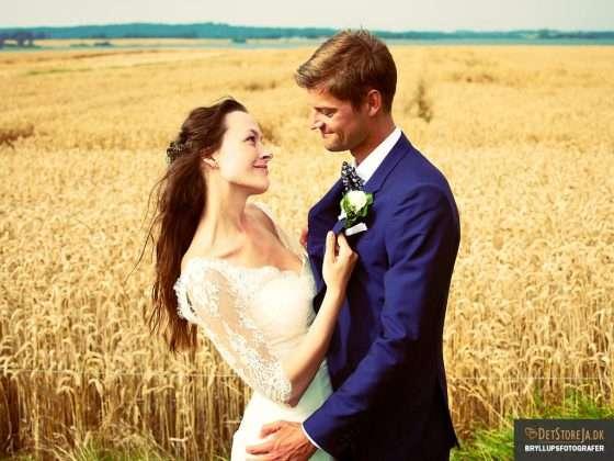 bryllupsfotograf horsens brud har fat i reverset på gom