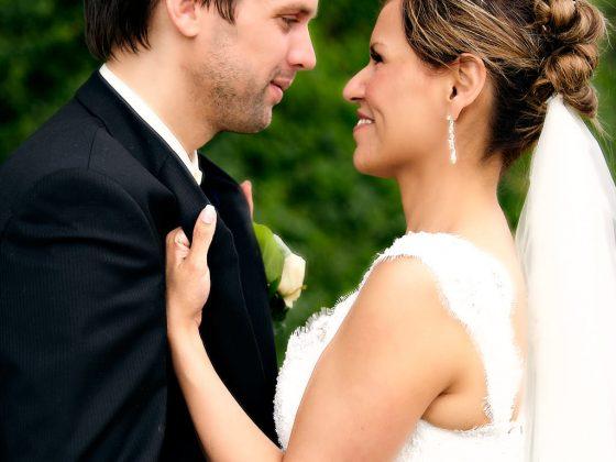 bryllup fotograf brud har fat i reverset på gommen