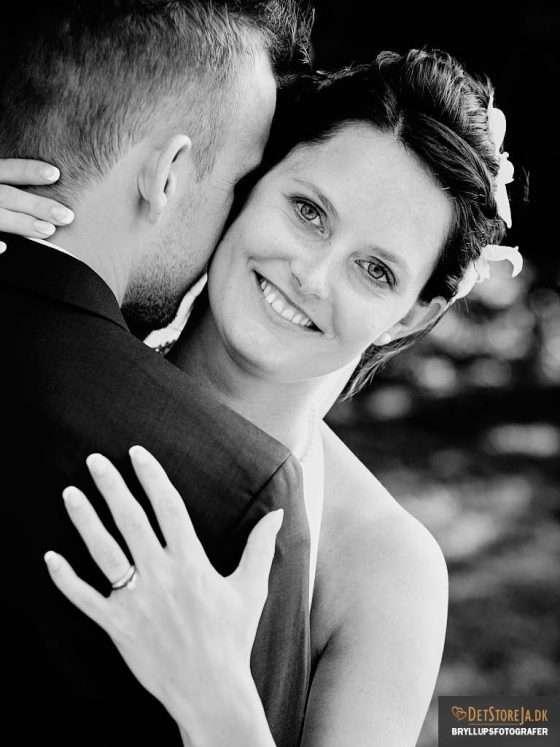 fotograf til bryllup brud kigger over goms skulder