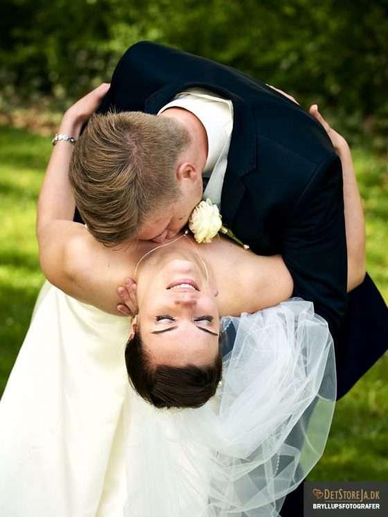 fotograf til bryllup brud kysses på halsen