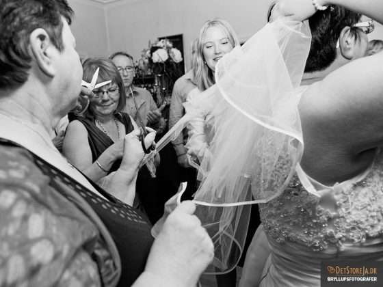 fotograf til festen brudens slør klippes