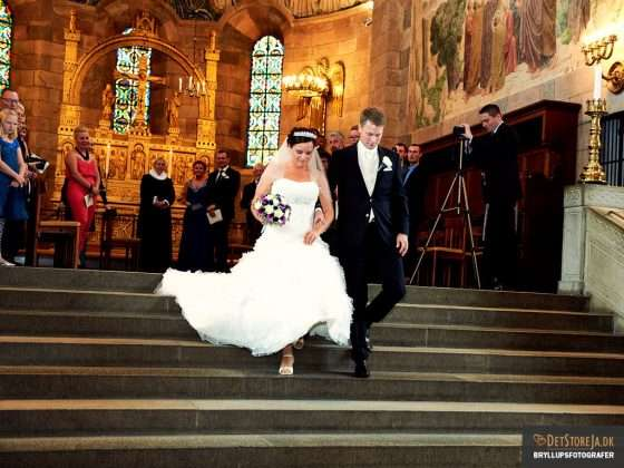 bryllup fotograf brudepar i kirken
